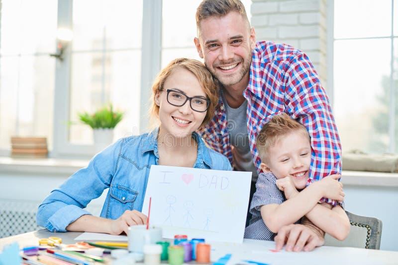 Ευτυχής οικογένεια που επεξεργάζεται από κοινού στοκ φωτογραφία με δικαίωμα ελεύθερης χρήσης