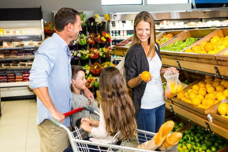 Ευτυχής οικογένεια που κάνει τις αγορές στοκ εικόνες με δικαίωμα ελεύθερης χρήσης