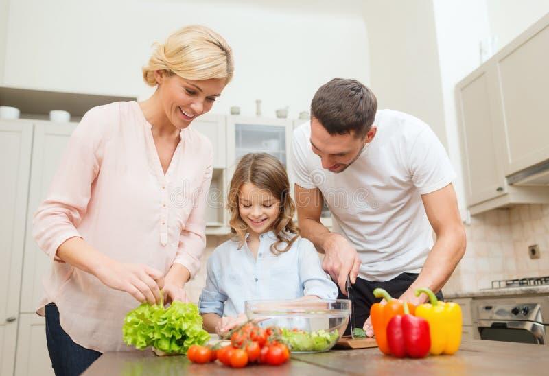 Ευτυχής οικογένεια που κάνει το γεύμα στην κουζίνα στοκ φωτογραφία με δικαίωμα ελεύθερης χρήσης