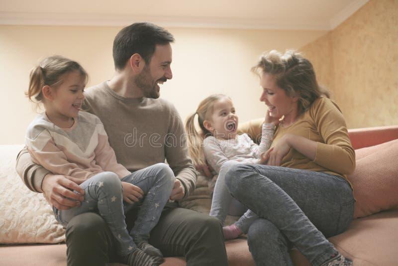 Ευτυχής οικογένεια που ξοδεύει στο σπίτι το χρόνο μαζί και που παίζει Οικογένεια στοκ εικόνες