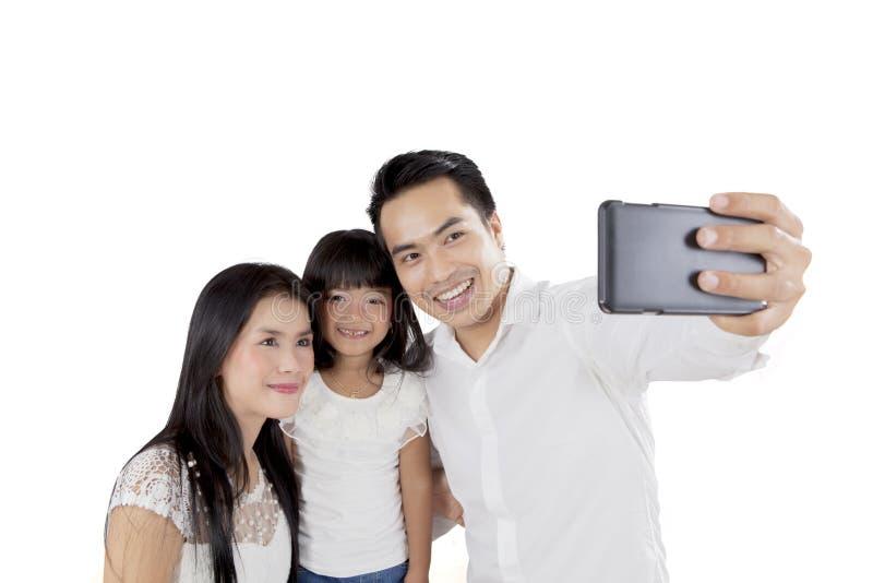 Ευτυχής οικογένεια που παίρνει τη φωτογραφία στο στούντιο στοκ φωτογραφίες με δικαίωμα ελεύθερης χρήσης