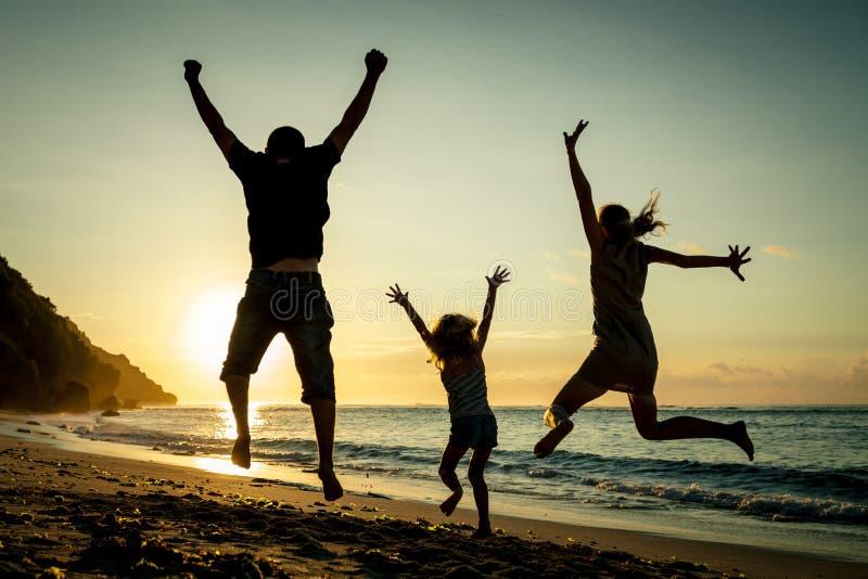 Ευτυχής οικογένεια που πηδά στην παραλία στοκ φωτογραφία με δικαίωμα ελεύθερης χρήσης