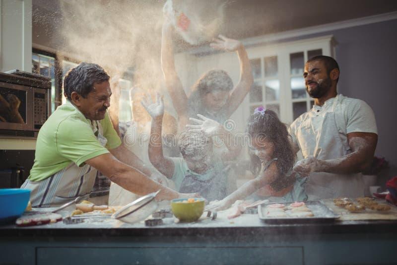Ευτυχής οικογένεια που προετοιμάζει το επιδόρπιο στην κουζίνα στοκ φωτογραφία με δικαίωμα ελεύθερης χρήσης