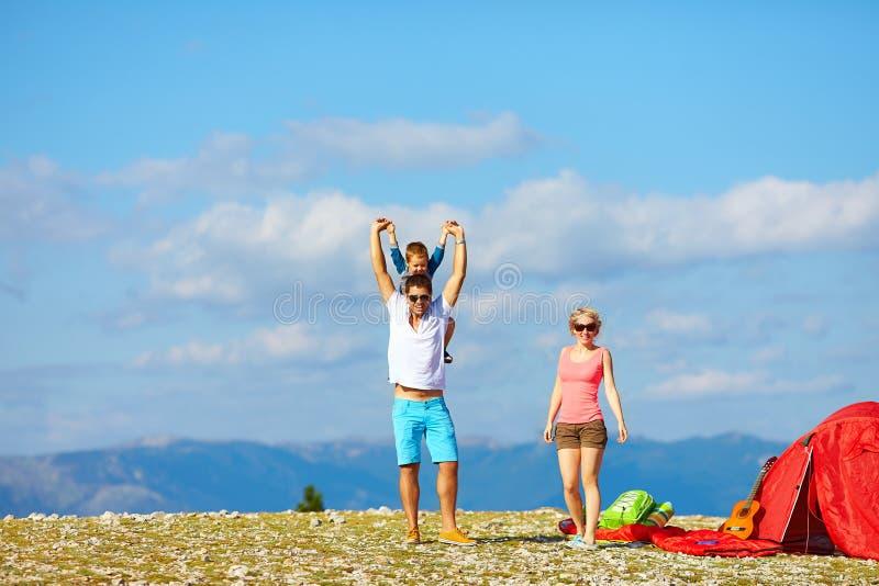 Ευτυχής οικογένεια που στρατοπεδεύει στα βουνά στοκ εικόνα