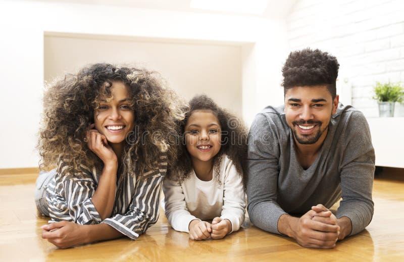 Ευτυχής οικογένεια που χαμογελά και που απολαμβάνει από κοινού στοκ φωτογραφία