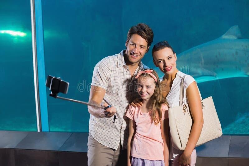 Ευτυχής οικογένεια που χρησιμοποιεί selfie το ραβδί στοκ εικόνες