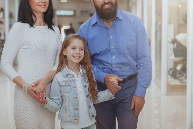 Ευτυχής οικογένεια που ψωνίζει στη λεωφόρο από κοινού στοκ φωτογραφία με δικαίωμα ελεύθερης χρήσης