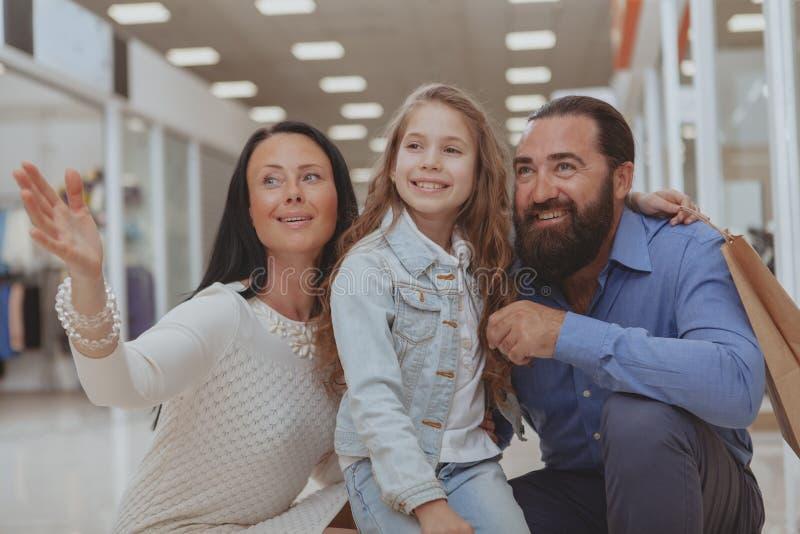 Ευτυχής οικογένεια που ψωνίζει στη λεωφόρο από κοινού στοκ φωτογραφία