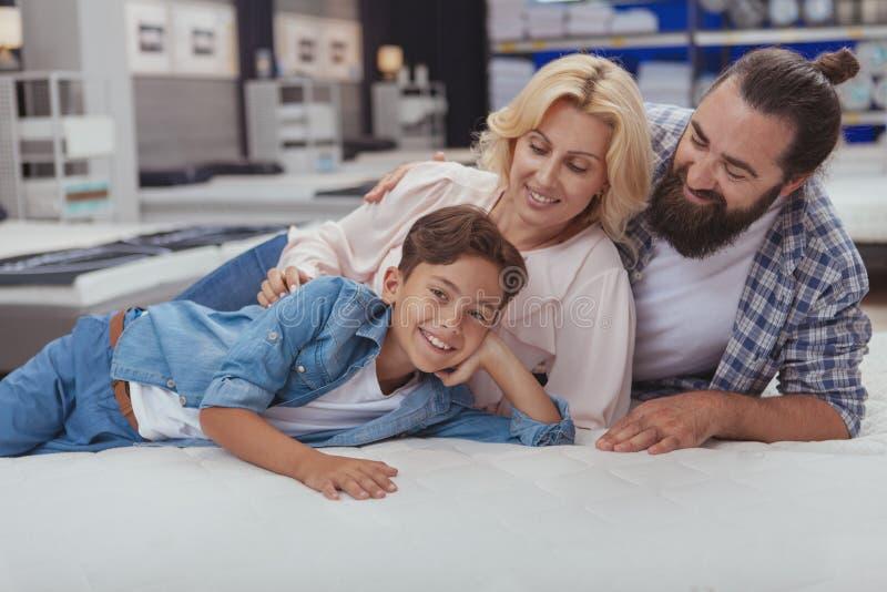 Ευτυχής οικογένεια που ψωνίζει στο κατάστημα επίπλων στοκ εικόνα με δικαίωμα ελεύθερης χρήσης