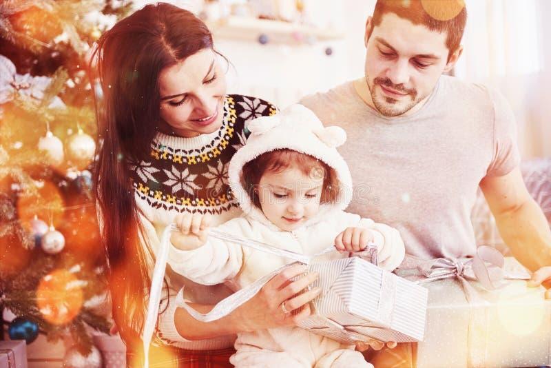 Ευτυχής οικογένεια στα Χριστούγεννα στα δώρα ανοίγματος πρωινού μαζί κοντά στο δέντρο έλατου Η έννοια της οικογενειακής ευτυχίας  στοκ φωτογραφίες