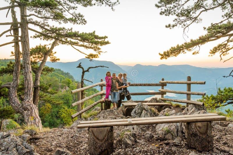 Ευτυχής οικογένεια στην άποψη του stena Banjska στο βουνό Tara στοκ φωτογραφία