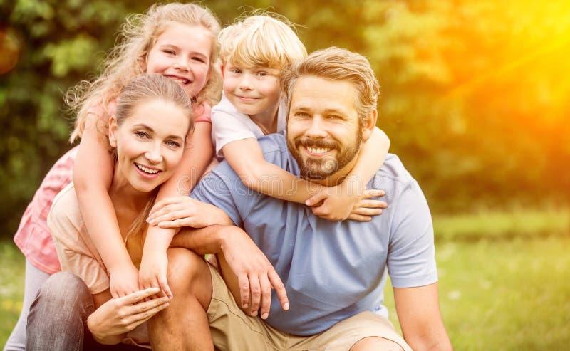 Ευτυχής οικογένεια στην αρμονία στοκ εικόνα με δικαίωμα ελεύθερης χρήσης