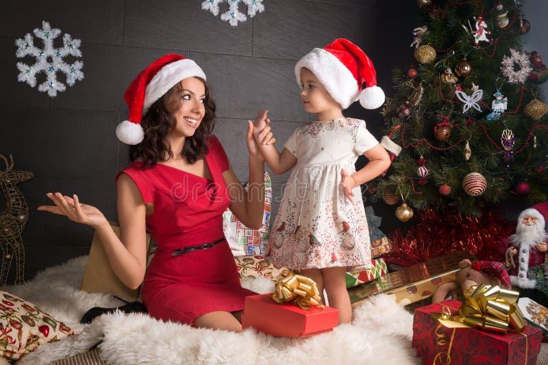 Ευτυχής οικογένεια στη διακόσμηση Χριστουγέννων με τα δώρα στοκ εικόνες με δικαίωμα ελεύθερης χρήσης