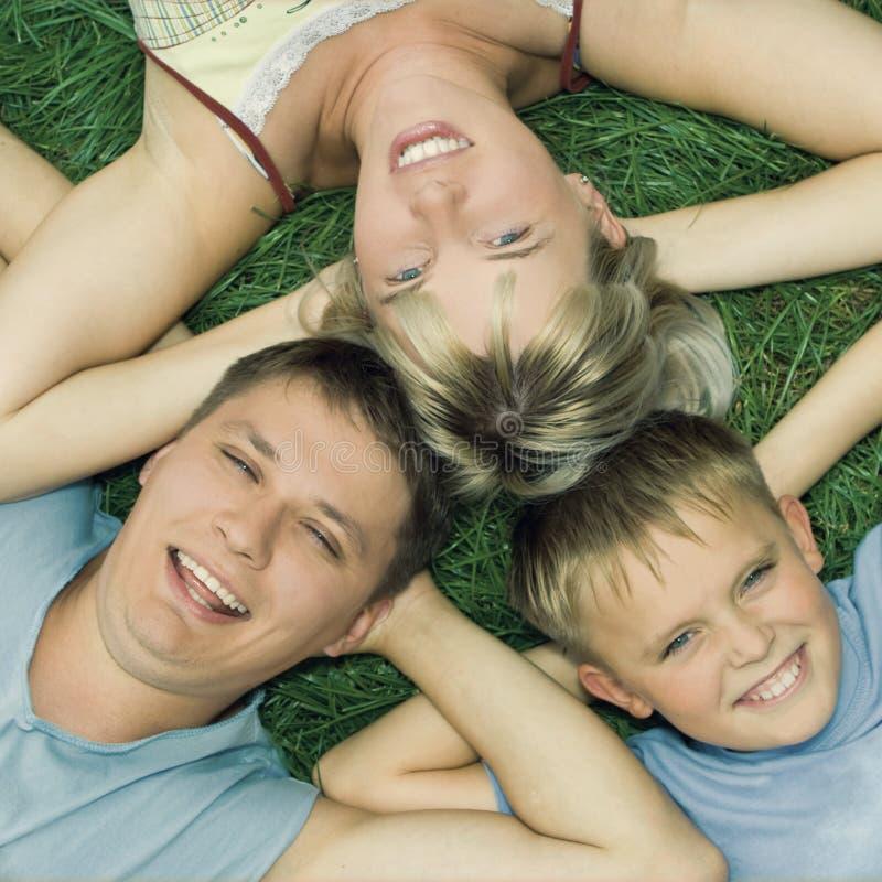 Ευτυχής οικογένεια στη χλόη στοκ εικόνες