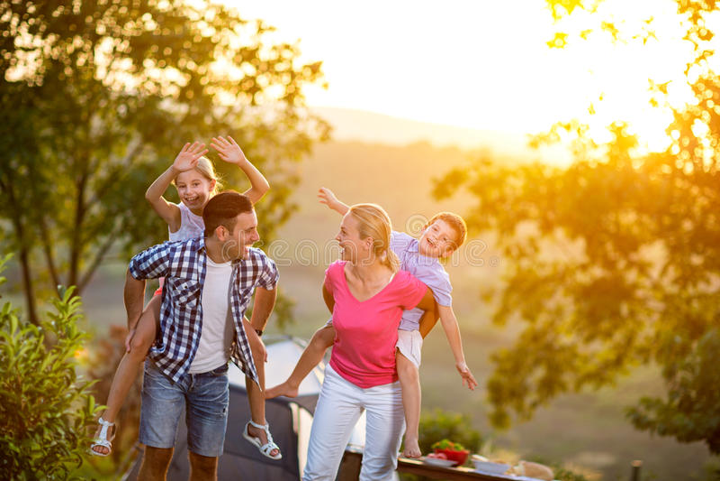Ευτυχής οικογένεια στις διακοπές στοκ εικόνες