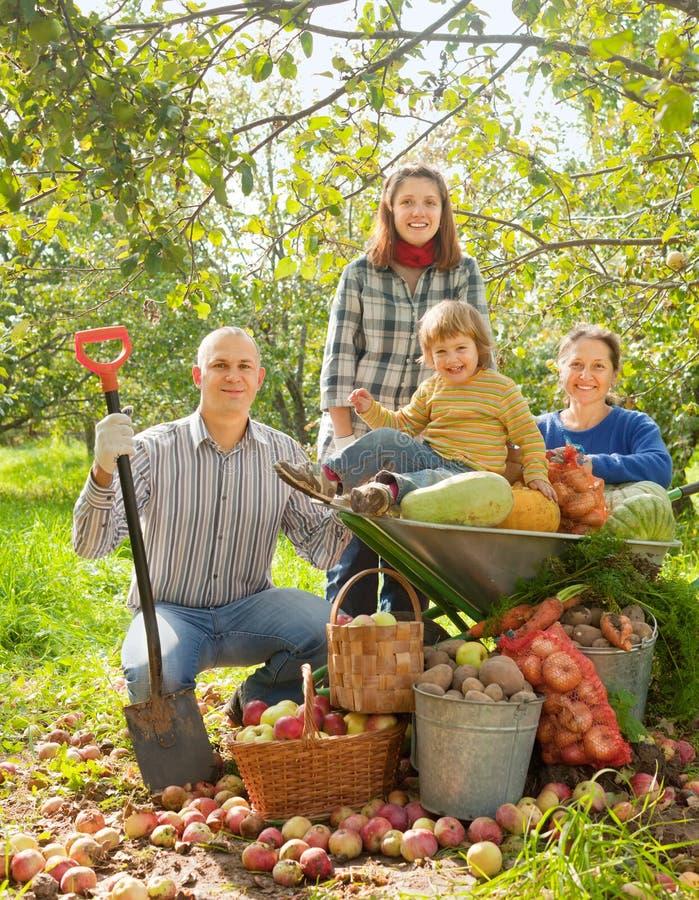 Ευτυχής οικογένεια στον κήπο στοκ φωτογραφίες με δικαίωμα ελεύθερης χρήσης
