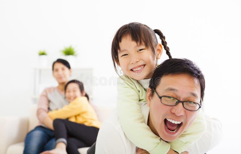 Ευτυχής οικογένεια στο καθιστικό στοκ φωτογραφίες με δικαίωμα ελεύθερης χρήσης