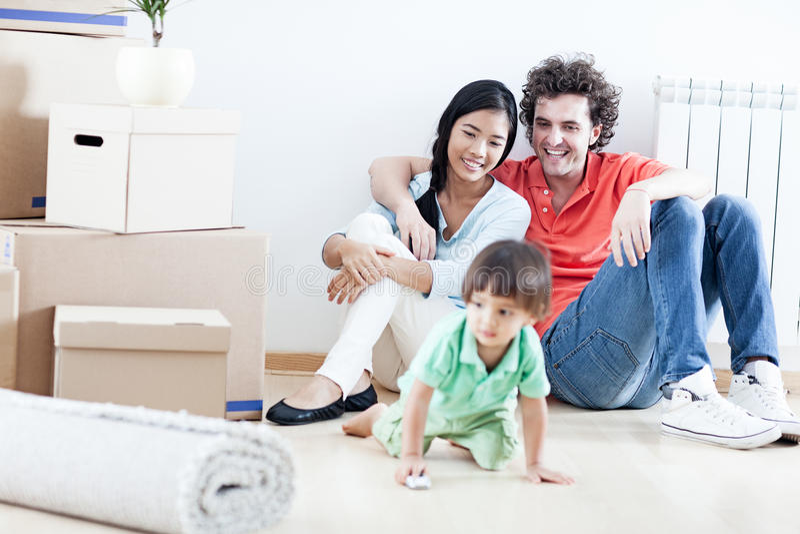 Ευτυχής οικογένεια στο νέο σπίτι στοκ εικόνες