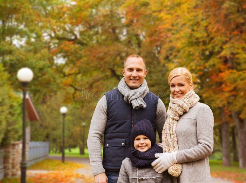 Ευτυχής οικογένεια στο πάρκο φθινοπώρου στοκ εικόνες