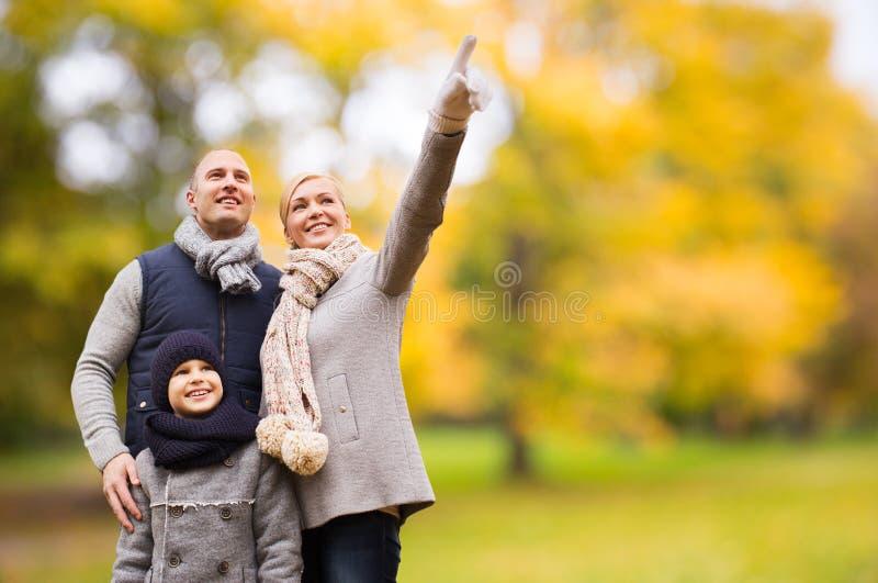 Ευτυχής οικογένεια στο πάρκο φθινοπώρου στοκ φωτογραφία με δικαίωμα ελεύθερης χρήσης