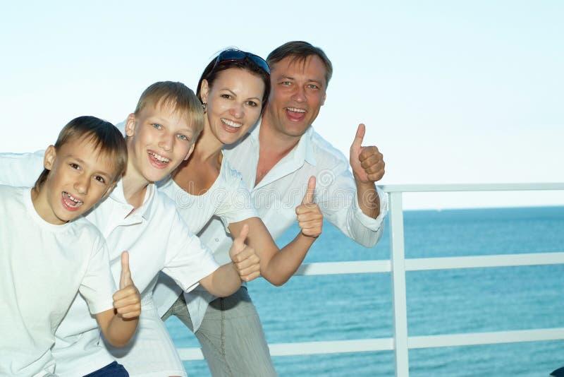Download Ευτυχής οικογένεια στο σκάφος Στοκ Εικόνες - εικόνα από διακοπές, ωκεανός: 62721368