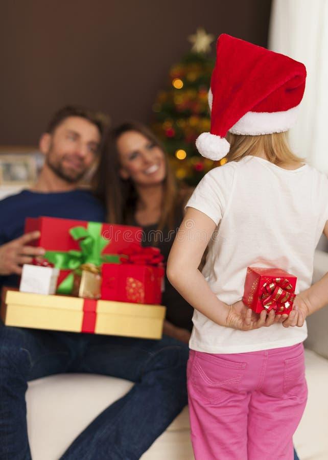 Ευτυχής οικογένεια στο χρόνο Χριστουγέννων στοκ φωτογραφία με δικαίωμα ελεύθερης χρήσης