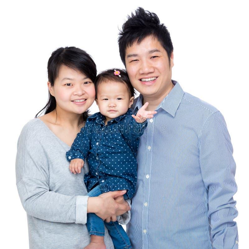 Ευτυχής οικογένεια της Ασίας με τον πατέρα, τη μητέρα και την κόρη μωρών τους στοκ εικόνα με δικαίωμα ελεύθερης χρήσης
