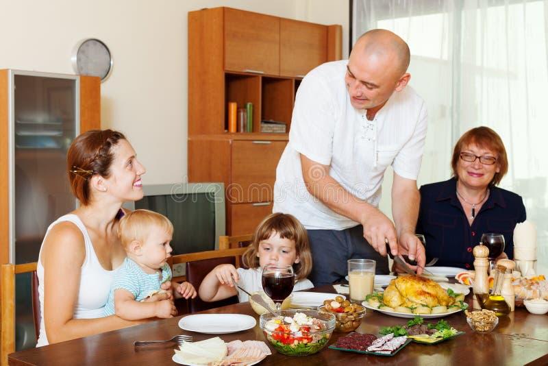 Ευτυχής οικογένεια τριών γενεών μαζί πέρα από τον πίνακα στοκ φωτογραφία με δικαίωμα ελεύθερης χρήσης