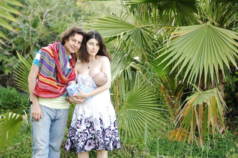 Ευτυχής οικογένεια υπαίθρια στοκ εικόνες