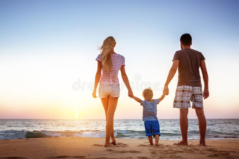 Ευτυχής οικογενειακή έννοια ηλιοβασιλέματος διακοπών παραθαλάσσιων διακοπών στοκ εικόνες