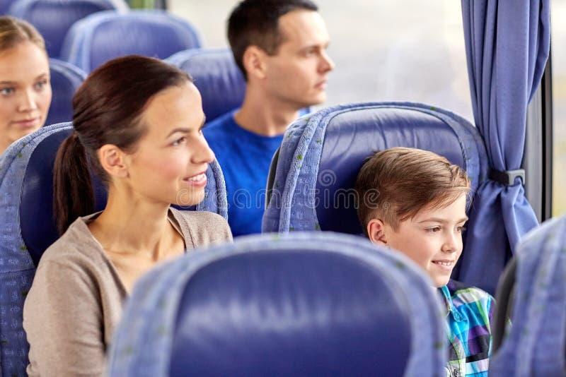 Ευτυχής οικογενειακή οδήγηση στο λεωφορείο ταξιδιού στοκ φωτογραφία με δικαίωμα ελεύθερης χρήσης