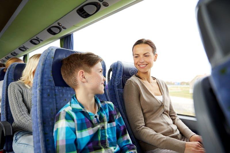 Ευτυχής οικογενειακή οδήγηση στο λεωφορείο ταξιδιού στοκ εικόνες με δικαίωμα ελεύθερης χρήσης
