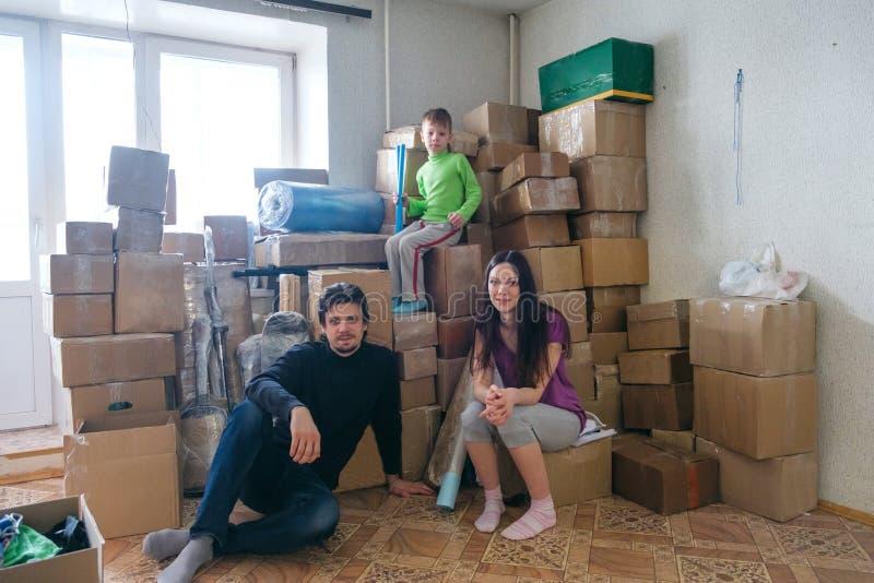 Ευτυχής οικογενειακή συνεδρίαση στο πάτωμα στο νέο σπίτι στοκ εικόνα με δικαίωμα ελεύθερης χρήσης