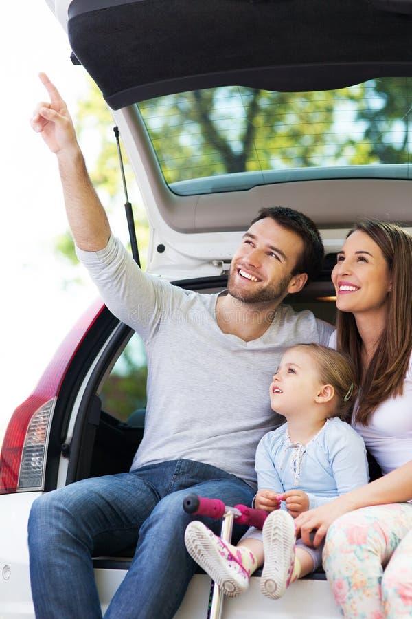 Ευτυχής οικογενειακή συνεδρίαση στο αυτοκίνητο στοκ φωτογραφίες