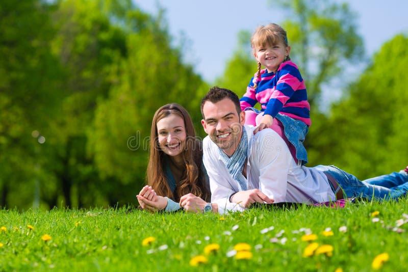 Ευτυχής οικογενειακή συνεδρίαση στο θερινό λιβάδι στοκ φωτογραφίες με δικαίωμα ελεύθερης χρήσης