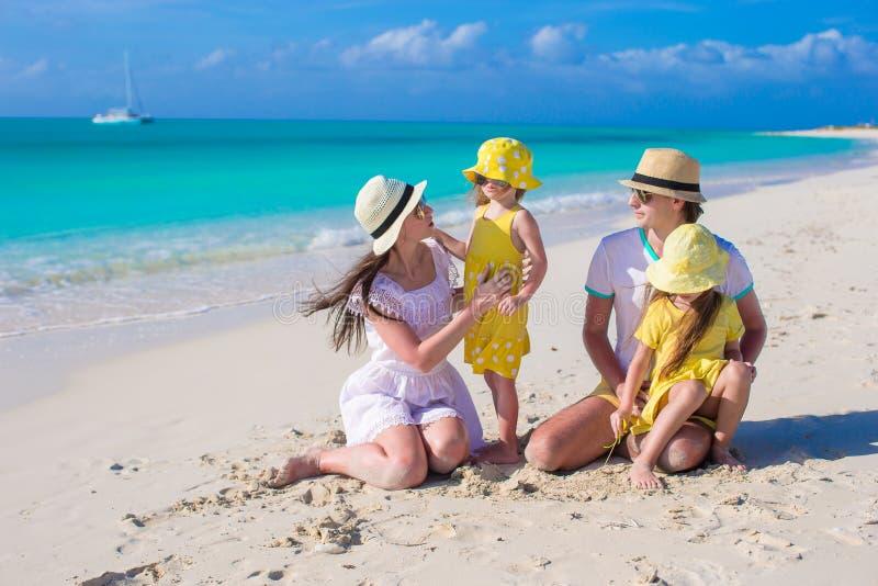 Ευτυχής οικογενειακή τοποθέτηση στην παραλία κατά τη διάρκεια τροπικού στοκ φωτογραφίες με δικαίωμα ελεύθερης χρήσης