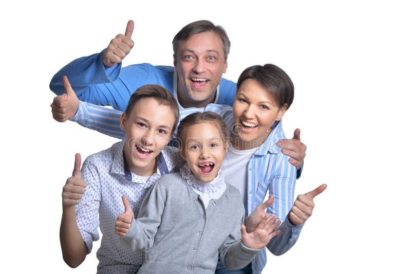 Ευτυχής οικογενειακή τοποθέτηση χαμόγελου που απομονώνεται μαζί στο άσπρο υπόβαθρο στοκ φωτογραφία με δικαίωμα ελεύθερης χρήσης