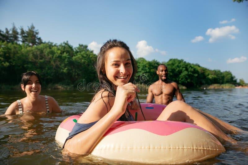 Ευτυχής ομάδα φίλων που έχουν τη διασκέδαση, που και που κολυμπούν στον ποταμό στοκ φωτογραφία με δικαίωμα ελεύθερης χρήσης