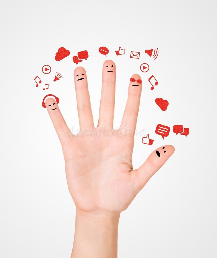 Ευτυχής ομάδα δάχτυλου smileys με το κοινωνικές σημάδι και την ομιλία β συνομιλίας στοκ εικόνα με δικαίωμα ελεύθερης χρήσης