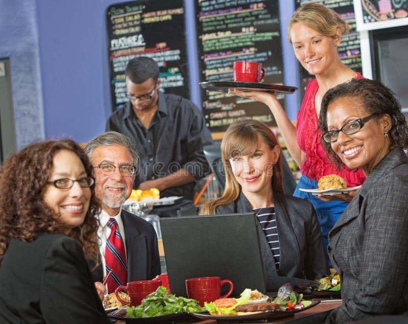 Ευτυχής ομάδα με το lap-top στον καφέ στοκ φωτογραφία