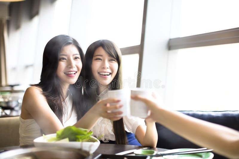 Ευτυχής ομάδα φίλων κοριτσιών που ψήνουν και που τρώνε στοκ εικόνες