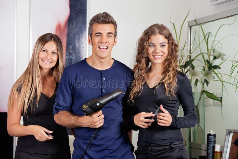 Ευτυχής ομάδα Hairstyling στο ινστιτούτο καλλονής στοκ φωτογραφία