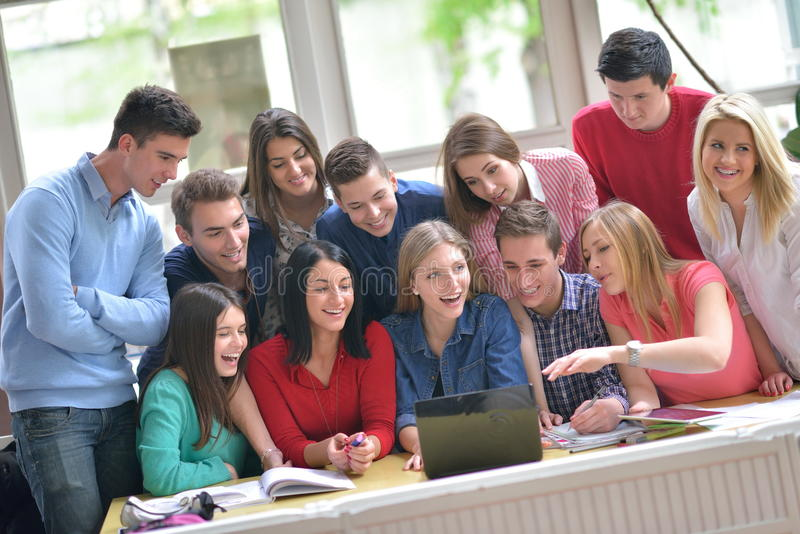 Ευτυχής ομάδα teens στο σχολείο στοκ εικόνες