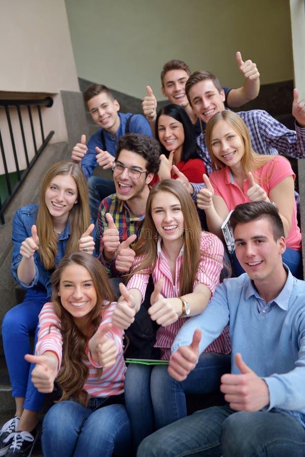 Ευτυχής ομάδα teens στο σχολείο στοκ εικόνα