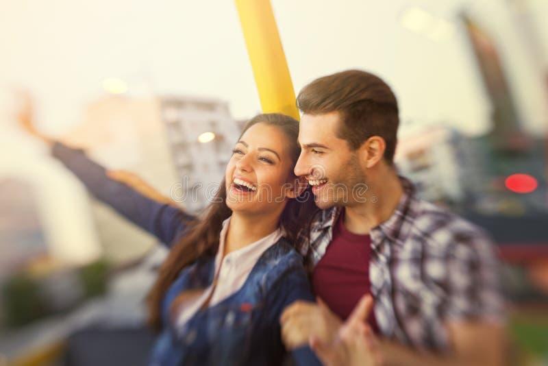 Ευτυχής οδήγηση ζευγών στο βλαστό πάρκων διασκέδασης με lensbaby στοκ φωτογραφία με δικαίωμα ελεύθερης χρήσης