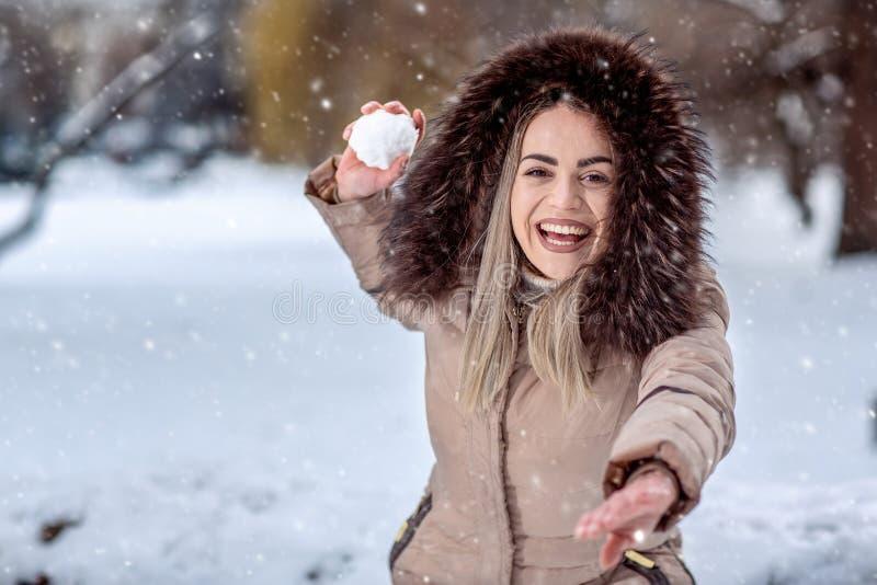 Ευτυχής πάλη χιονιών γυναικών παίζοντας την ημέρα χιονιού Χειμερινό conce στοκ εικόνες με δικαίωμα ελεύθερης χρήσης