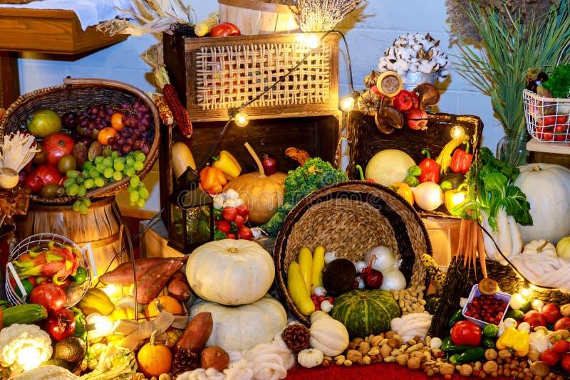Ευτυχής πίνακας ημέρας των ευχαριστιών που διακοσμείται με τις κολοκύθες, τα φρούτα και τα φύλλα φθινοπώρου Φεστιβάλ συγκομιδών στοκ εικόνα