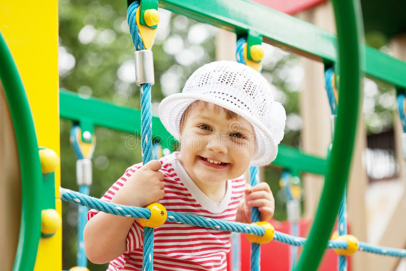 ευτυχής παιδική χαρά παιδιών περιοχής διετής στοκ φωτογραφία με δικαίωμα ελεύθερης χρήσης