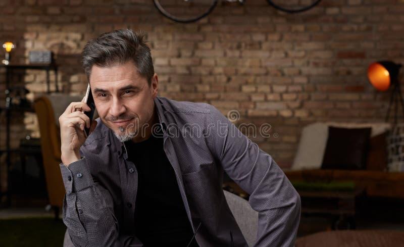 Ευτυχής παλαιότερος λευκός στο τηλέφωνο στο σπίτι στοκ εικόνες με δικαίωμα ελεύθερης χρήσης