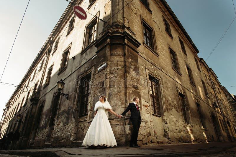 Ευτυχής πανέμορφη νύφη και μοντέρνα χέρια και κοίταγμα εκμετάλλευσης νεόνυμφων στοκ εικόνα